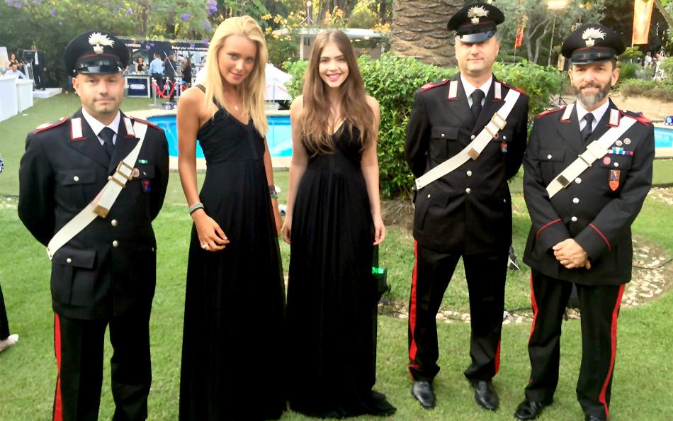 דיילות הצגת פיאט 500X במסיבת יום הולדת לשגרירות האיטלקית
