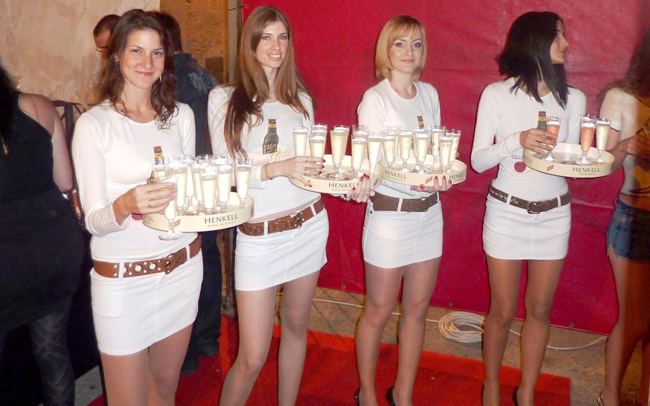 דיילות קידום מכירות אלכוהול - שמפניה הנקל